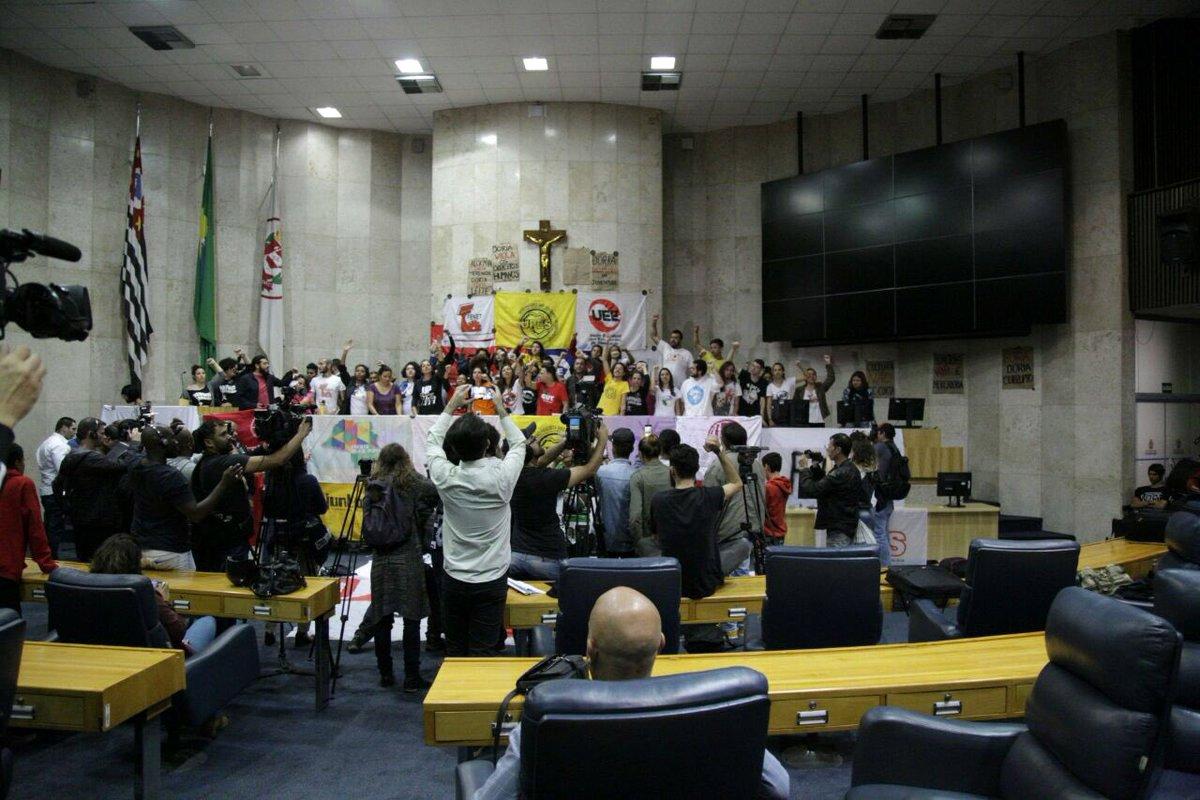 Após dois dias de ocupação, estudantes e militantes de movimentos sociais resolvem deixar o plenário da Câmara Municipal de São Paulo; os manifestantes protestavam contra programa de privatizações proposto pelo prefeito João Doria (PSDB-SP) e contra a redução das viagens no passe estudantil