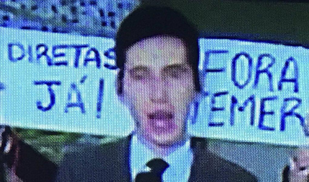 """Um novo protesto contra a Globo foi transmitido ao vivo pela emissora da família Marinho na tarde desta quinta-feira, 18; durante transmissão da Globonews da repercussão das delações da JBS, que deve provocar a renúncia de Michel Temer nesta quinta-feira, manifestantes exibiram cartaz com os dizeres """"Fora Temer"""" e """"Diretas Já""""; nessa quarta-feira, 17, na entrada ao vivo da jornalista Zileide Silva durante o Jornal Nacional, um cartaz, levantado por uma mulher, ficou em destaque: """"eu votei na Dilma"""""""