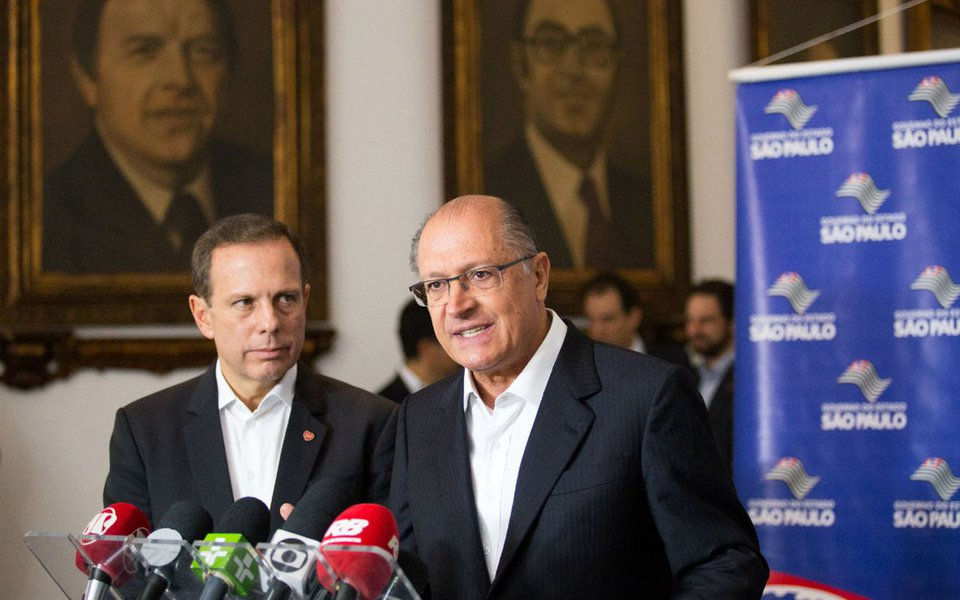 """O instituto Paraná Pesquisas fez a seguinte pergunta aos entrevistados: """"Entre Geraldo Alckmin e João Doria, quem seria o melhor candidato à Presidência da República em 2018?""""; 41,3% responderam """"nenhum deles""""; João Doria recebeu 40,3% da preferência e Geraldo Alckmin,13,2%; 5,2% não souberam dizer; dados foram divulgados pela colunista Eliane Cantanhêde"""