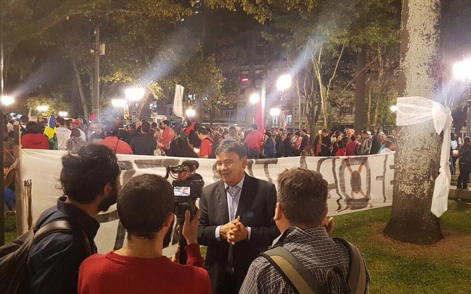 """""""Neste instante em frente à Catedral da capital paranaense, ladeado por representantes de várias igrejas unidas pela democracia. O clima é contagiante com muitas orações, falas emocionadas e músicas"""", disse o governador do Piauí, Wellington Dias, que foi a Curitiba se solidarizar ao ex-presidente Lula"""