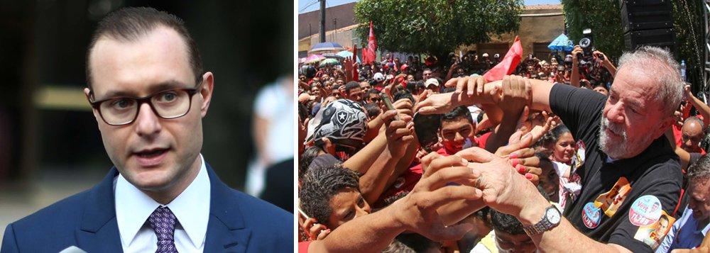 """Em vídeo, o advogado de defesa do ex-presidente Lula desmonta o que chama de """"falsa polêmica"""" fomentada por """"agentes do processo"""", de acordo com ele, por meio do chamado 'off', ou seja, sem se identificar, junto à imprensa; Cristiano Zanin Martins explica pequenos erros em dois dos 26 recibos de aluguel apresentados no processo contra Lula """"não retiram a força probatório dos documentos"""", até porque eles são justificados; ele reitera que nenhuma prova foi apresentada contra o ex-presidente e destaca que o processo que tratava de desvios encontrados na Petrobras transformou-se praticamente em uma ação de locação de um apartamento"""