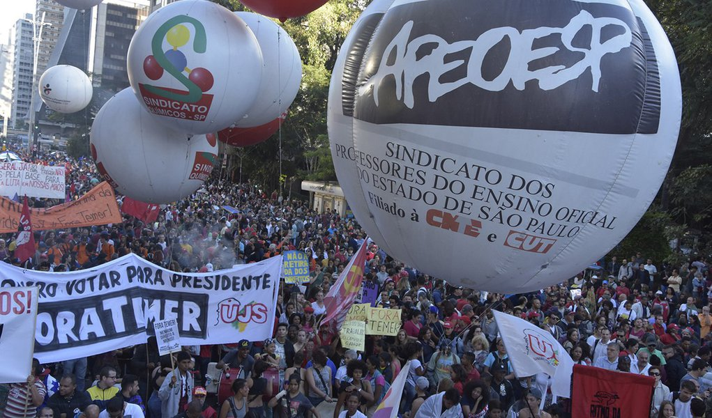Categoria decidiu se juntar ao movimento liderado por sindicatos e movimentos sociais contra as reformas da Previdência e das leis trabalhistas; Sindicato dos Professores de São Paulo (Sinpro-SP) declarou que a paralisação foi decidida em assembleia realizada no dia 8 de abril, com aprovação de mais de 200 professores; os sindicatos da rede particular do Rio de Janeiro e de Campinas (SP) também pretendem aderir ao movimento; é a segunda vez que professores da rede privada participam de protestos contra as propostas do governo