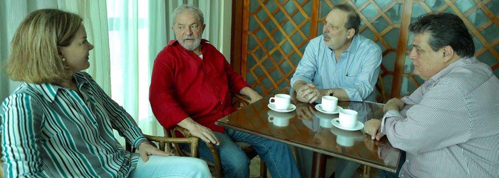 Senador Armando Monteiro (PTB-PE) teve um encontro com o ex-presidente Luiz Inácio Lula da Silva na manhã desta sexta-feira (25); no encontro, Armando e Lula fizeram uma análise da conjuntura nacional e do processo político regional; após a reunião, Lula seguiu para Ipojuca, na Região Metropolitana do Recife para participar de um ato em defesa da indústria naval