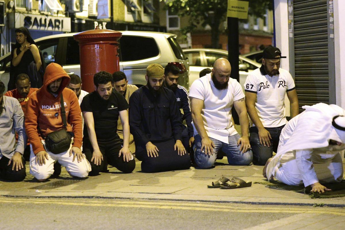 Muçulmanos rezam após atropelamento que matou uma pessoa e feriu outras dez em Londres, terrorismo, Reino Unido, Inglaterra
