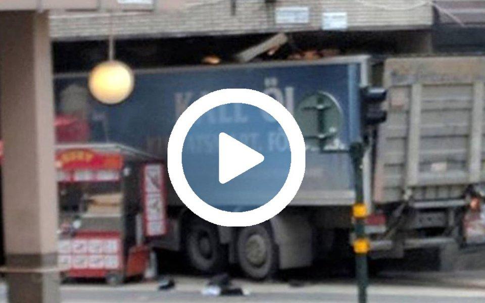 Um caminhão atropelou uma multidão em uma rua de compras e invadiu uma loja de departamentos no centro de Estocolmo nesta sexta-feira deixando três mortos; o primeiro-ministro, Stefan Lofven, disse que tudo indica que o acidente foi um ataque terrorista