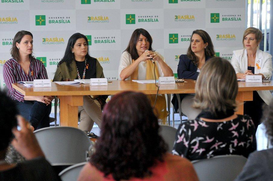As atividades dos16 Dias de Ativismo pelo Fim da Violência contra as Mulheres, no âmbito do Distrito Federal, incluem capacitação de profissionais de saúde, mobilização em hospitais e debate com a comunidade; a campanha da Entidade das Nações Unidas para a Igualdade de Gênero e o Empoderamento das Mulheres (ONU Mulheres) conta com a adesão do governo de Brasília; a proposta da iniciativa é chamar a atenção da sociedade — homens e mulheres — para os vários fatores que naturalizaram a agressão das mulheres por pessoas do sexo masculino, em especial, por companheiros, pais e parentes próximos