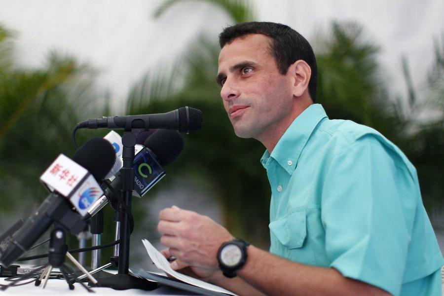 """O governador do estado Miranda (centro) da Venezuela, o opositor Henrique Capriles, assegurou que o processo de Assembleia Nacional Constituinte convocada pelo presidente do país, Nicolás Maduro, será usado para """"cortar cabeças""""; """"Eles disseram por que querem a Constituinte, é para cortar cabeças, para tirar a procuradora. Não escutei ninguém do governo dizer que essa Constituinte será para que haja comida e remédios, é só para cortar a cabeça da procuradora e qualquer um que não compartilhe das suas decisões"""", disse Capriles"""