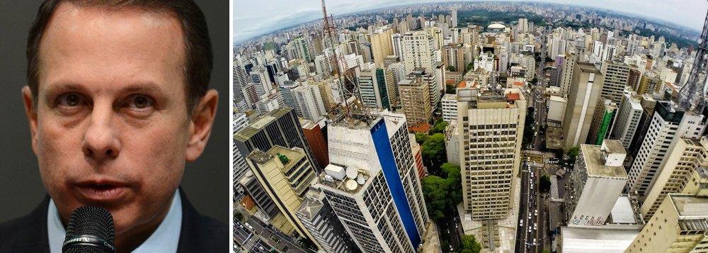 Enquanto trai o seu padrinho político em busca de uma candidatura presidencial no próximo ano, o prefeito de São Paulo, João Doria (PSDB), pretende aumentar em cerca de 43% o valor venal dos imóveis da cidade, além de criar novas alíquotas para o IPTU; Centro da capital é a região que sofrerá maior reajuste médio, de cerca de 64,1%; ela inclui bairros como Bela Vista e Cerqueira César; por outro lado, o bairro cujo reajuste será o menor é o Morumbi, de somente 5%; atualmente, a cobrança do IPTU é fixa de 1% do valor venal do imóvel; prefeitura deve enviar o projeto de lei com as propostas à Câmara Municipal até outubro deste ano