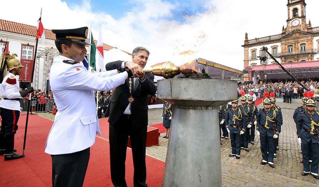 A cidade de Ouro Preto (MG) sedia a tradicional cerimônia de entrega da Medalha da Inconfidência, a maior honraria concedida pelo governo mineiro; serão agraciadas 171 personalidades que contribuíram para o desenvolvimento de Minas Gerais e do Brasil; além disso, o ex-presidente da África do Sul, Nelson Mandela, será homenageadoin memorian; medalha da Inconfidência foi instituída em 1952 pelo então governador mineiro Juscelino Kubitschek