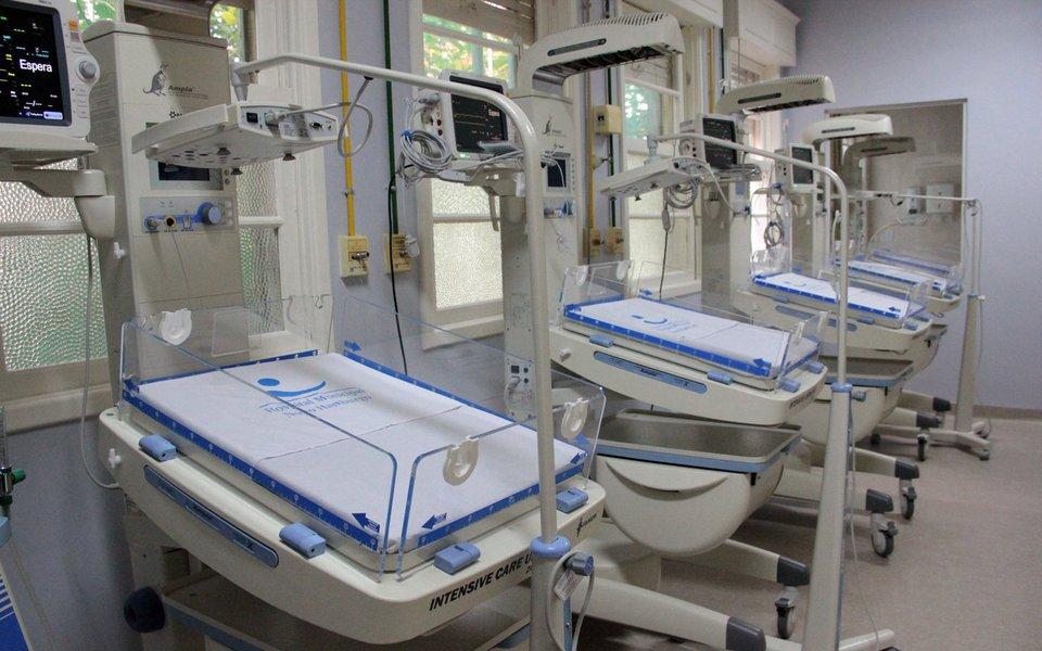 Foram suspensas as internações para partos de alto risco de bebês prematuros no Hospital Universitário de Santa Maria (HUSM); foi detectada abactéria KPC, resistente a antibióticos, e que representa riscos para pessoas com baixa imunidade, como pacientes de internados emUnidades de Tratamento Intensivo (UTIs)