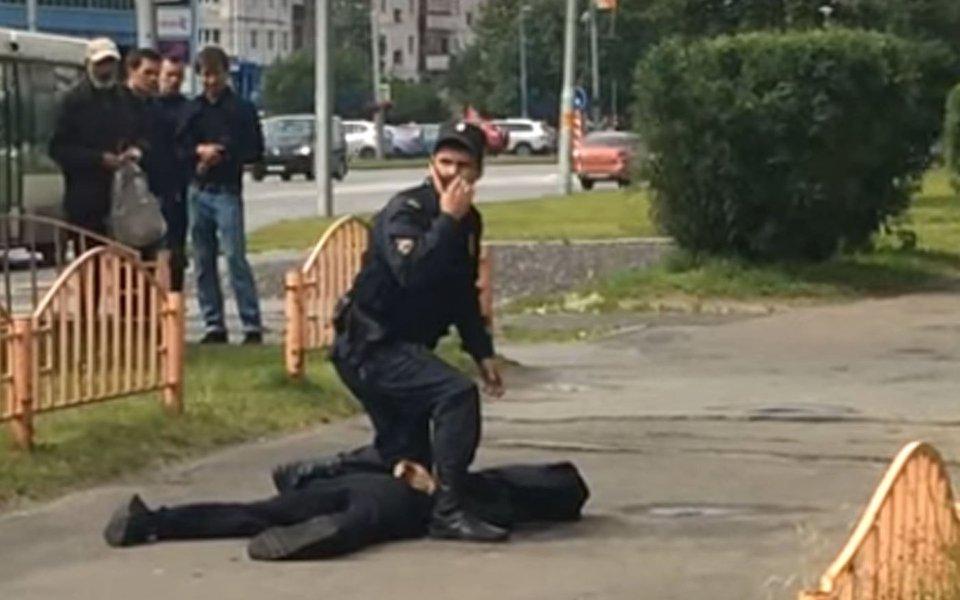 """Oito pessoas foram feridas a facadas na cidade russa de Surgut, informaram agências locais de notícias citando o porta-voz do escritório local do comitê russo de aplicação da lei; o comitê disse em seu site que """"o agressor foi morto"""";o Estado Islâmico assumiu a responsabilidade pelo ataque"""