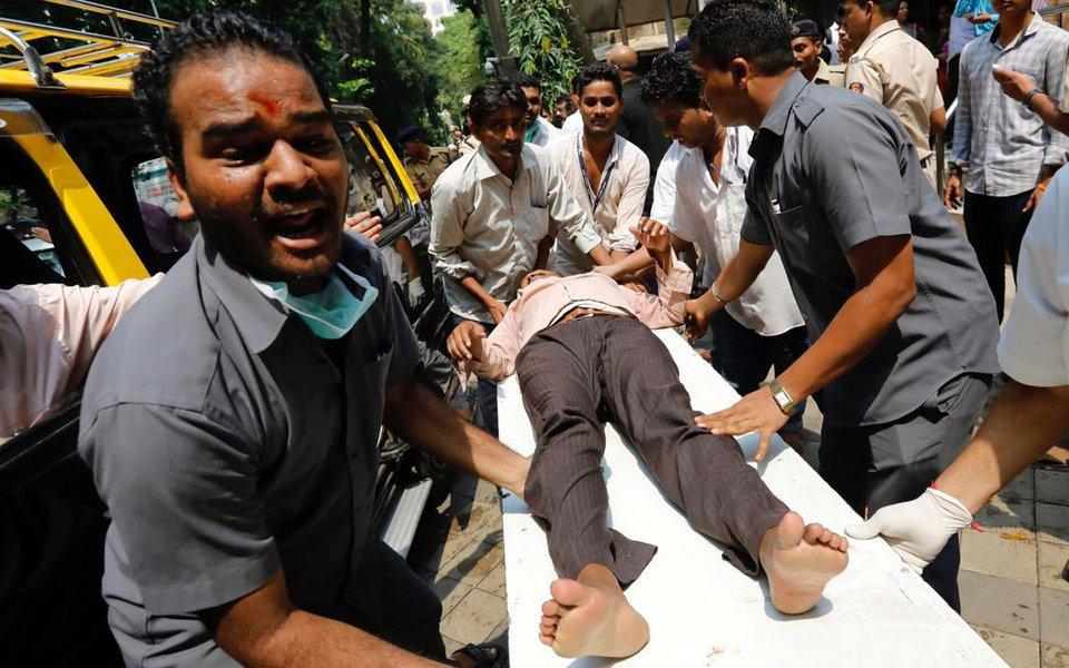 Tumulto ocorrido durante uma tempestade de monção em uma estação de trem de Mumbai, centro financeiro da Índia, deixou ao menos 22 mortos e mais de 30 feridos; tumulto aconteceu depois que a forte chuva surpreendeu os passageiros, fazendo com que muitos buscassem abrigo debaixo da ponte de pedestres