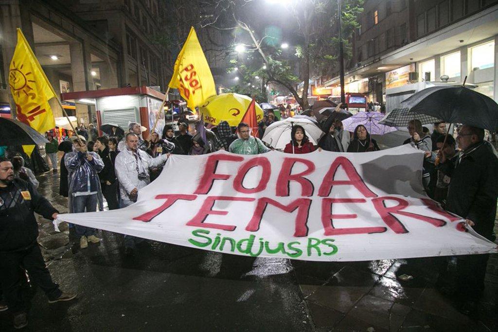 """Enquanto o TSE começava o julgamento que pode pedir a cassação da chapa Dilma Rousseff – Michel Temer, em Brasília, manifestantes enfrentaram a chuva, em Porto Alegre, para marcar posição na Esquina Democrática; em ato convocado pelo PSOL, Conlutas e sindicatos, um grupo de pessoas ocupou o ponto tradicional de protestos da Capital para reforçar: """"Fora, Temer. Diretas já""""; pesquisaVox Populi, contratada pela CUT, apontou que 89% dos brasileiros querem eleição direta"""