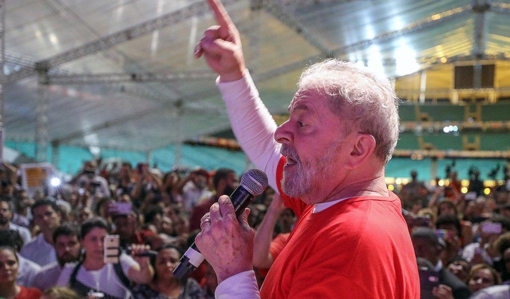 """O ex-presidente Luiz Inácio Lula da Silva participa nesta tarde doIV Festival da Juventude, em Cruz das Almas (BA), como parte da sua caravana que rodará os nove estados do Nordeste;ex-presidente lembrou da declaração que deu de que o Congresso tinha """"300 picaretas"""", e lembrou que a declaração virou música da banda Paralamas do Sucesso; """"Em um depoimento, um delegado me perguntou se era verdade que eu tinha dito que o Congresso tinha 300 picaretas. Eu disse que sim, mas que hoje deve ter mais"""", afirmou Lula; assista"""