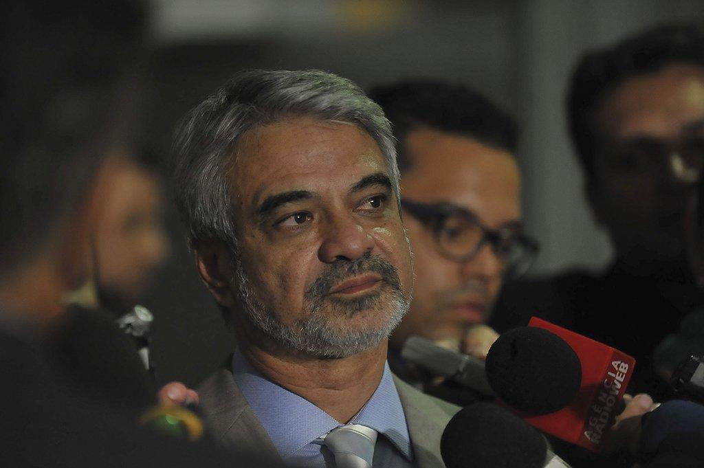 O senador Humberto Costa fala à imprensa sobre a CPI da Petrobras (José Cruz/Agência Brasil)