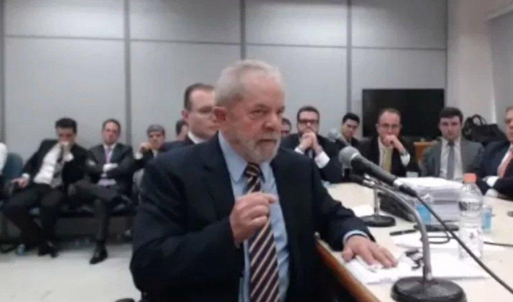 """No depoimento que prestou ao juiz Sérgio Moro nesta tarde, o ex-presidente Lula criticou o uso midiático das denúncias feitas contra ele; """"Vocês do Ministério Público Federal viraram reféns da imprensa. Todo dia tem 20, 30 minutos de noticiário com denúncias infundadas contra mim nos telejornais. Eu vejo as pessoas fazendo campanha contra mim, diariamente"""", disse Lula; irritado, Moro disse que ali não era lugar de """"fazer discurso ou campanha"""""""