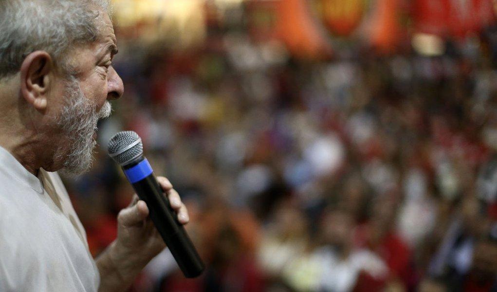 """Líder absoluto em todas as pesquisas de intenção de voto, Luiz Inácio Lula da Silva anunciou que, caso seja eleito presidente em 2018, irá fazer um plebiscito para para revogar as reformas impostas pelo governo ilegítimo de Michel Temer; Lula fez esta declaração em entrevista ao jornal espanhol """"El Mundo"""", em que fala sobre sua possível volta ao Planalto; para Lula, o país tem que voltar a ser governado pensando nas maiorias e não em alguns poucos. Ele também acusa Temer de pretender """"privatizar"""" o Brasil e justifica sua vontade de se candidatar mais uma vez para mostrar ao mundo que o Brasil """"pode funcionar"""""""