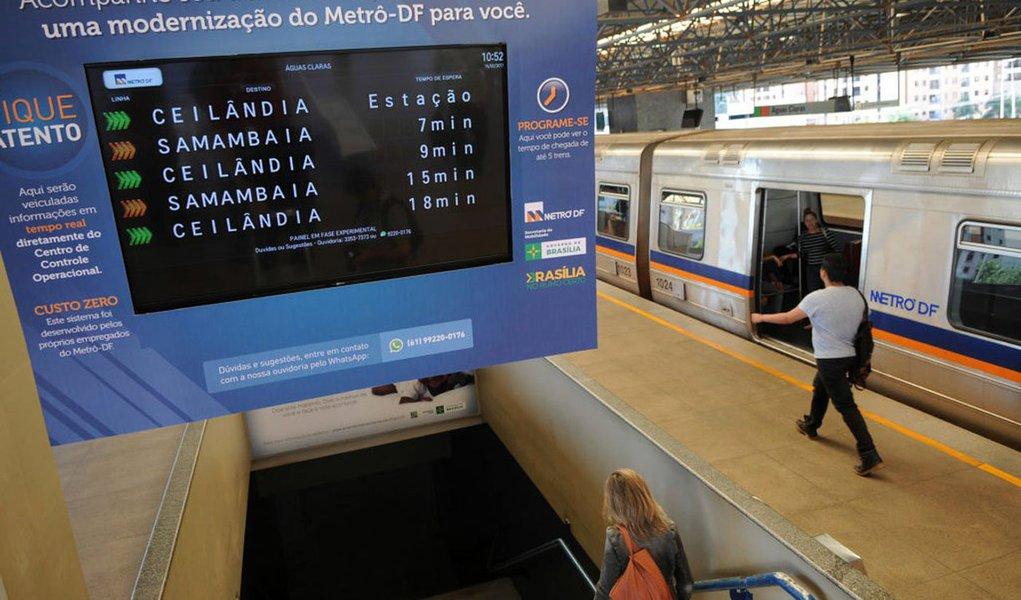 Em greve há 17 dias, o metrô do Distrito Federal funciona com todas as estações abertas para embarque e desembarque; o sistema voltou a operar, após cinco dias de paralisação total; cerca de 160 mil passageiros utilizam o transporte todos os dias