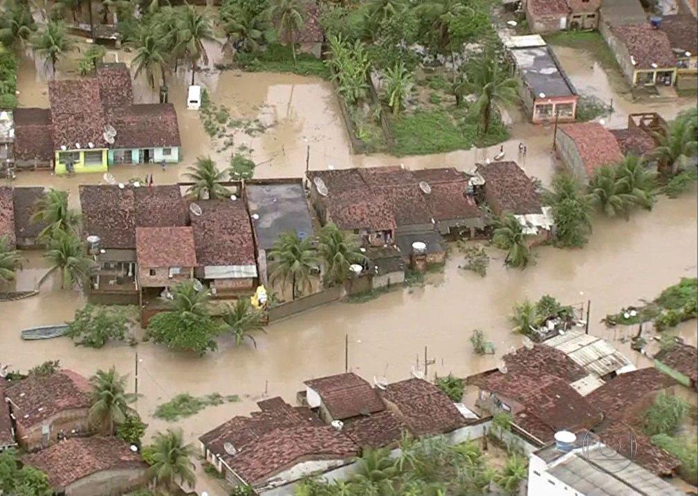 Pernambuco registrou mais uma morte por causa das chuvas que caíram neste fim de semana no estado; um menino de três anos se afogou num barreiro perto de sua casa; com isso, subiu para três o número de mortos; no domingo (28), um casal morreu soterrado em Lagoa dos Gatos; segundo a Coordenadoria de Defesa Civil do Estado de Pernambuco (Codecipe), há 27 mil desabrigados e desalojados na Zona da Mata Sul e Agreste pernambucano