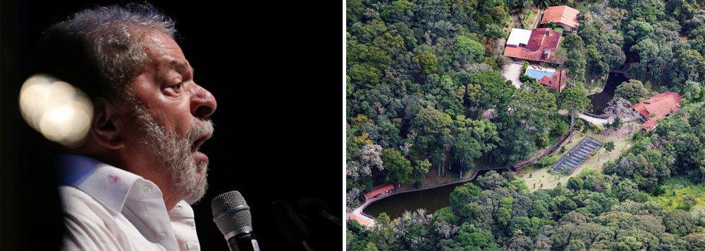 """A força-tarefa da Operação Lava Jato ofereceu nova denúncia à Justiça Federal contra o ex-presidente Lula, desta vez no caso do sítio em Atibaia, interior de São Paulo,pelos crimes de corrupção e lavagem de dinheiro; além do ex-presidente, outros 12 investigados foram denunciados; a defesa sempre negou as acusações e sustentou que Lula não é dono do sítio; a denúncia do Ministério Público Federal atribui a Lula """"propina para o seu benefício próprio consistente em obras e benfeitorias relativas ao sítio de Atibaia, custeadas ocultamente pelas empresas Schahin, Odebrecht e OAS"""""""