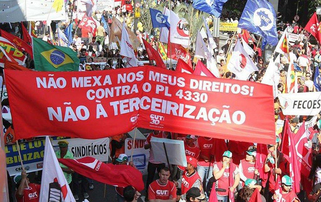 """Na sede da UGT, em Porto Alegre, a CUT-RS e centrais sindicais se uniram para preparar a greve geral de 28 de abril no Rio Grande do Sul contra as reformas da Previdência, Trabalhista, a Terceirização e por nenhum direito a menos; após debates, foi aprovado por consenso uma agenda de mobilização para """"criar um clima"""" de greve geral nos trabalhadores e na sociedade, a fim de fazer uma paralisação histórica contra os ataques do governo Temer; haverá também reuniões com setores estratégicos, como o transporte, mas foi ressaltado que todos os ramos de atividade são fundamentais e imprescindíveis para o sucesso da mobilização"""
