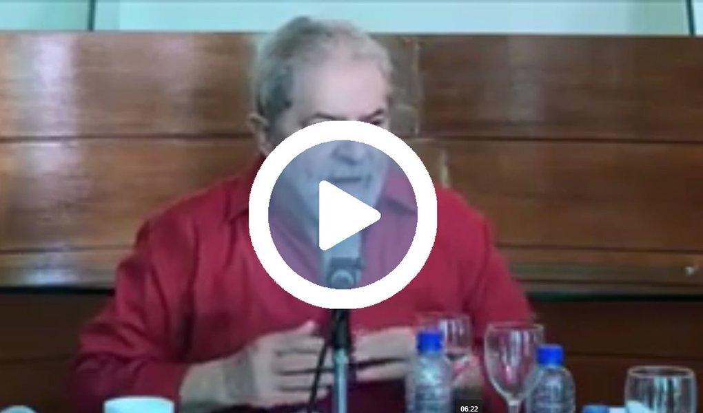 """Em entrevista coletiva no Recife nesta sexta-feira (25), o ex-presidente Lula buscou justificar a formação de alianças políticas para vencer eleições e governar; """"Acho que é importante que o movimento social e a esquerda se preocupem com isso. Quando um partido como o PT procura fazer alianças políticas, só procura fazer essas alianças porque tem clareza de que, sozinho, não ganha as eleições, e, se ganhar, não tem como governar se não tiver maioria no Congresso Nacional. Esse é o dado concreto"""", diz Lula; assista acima"""