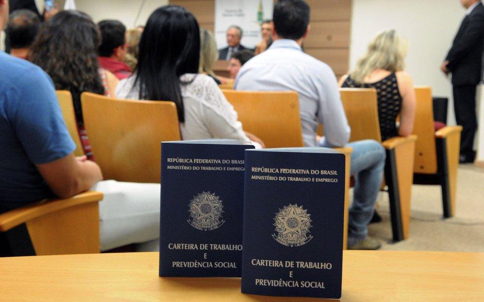 Os dados da Pesquisa Nacional por Amostra de Domicílio Contínua (Pnad) para os meses de abril a junho mostraram recuo no número de desocupados em Goiás; no segundo trimestre do ano, o estado registrou uma taxa de desocupação de 11%, queda de 1,7 ponto percentual em relação ao primeiro trimestre de 2017; esse resultado coloca Goiás com oitava menor taxa entre os estados brasileiros. Santa Catarina está em primeiro lugar com 7,5% de desocupação; Pernambuco tem a maior, 18,8%; o número de desocupados no Brasil perfazem 13% da população com 14 anos ou mais de idade