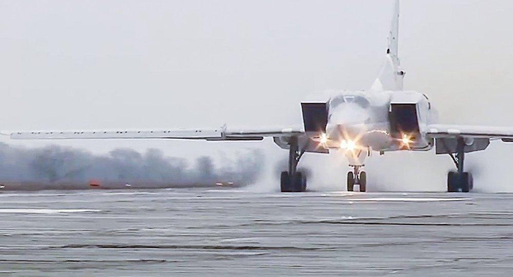 Seis bombardeiros de longo alcance Tu-22M3 atacaram as posições do Daesh na província de Deir ez-Zor, no leste da Síria neste domingo (26); ataque semelhante foi realizado no sábado (25), quando aviões decolaram de aeródromos localizados na Rússia e atuaram protegidos por vários caças que saíram da base aérea em Hmeymim, na Síria