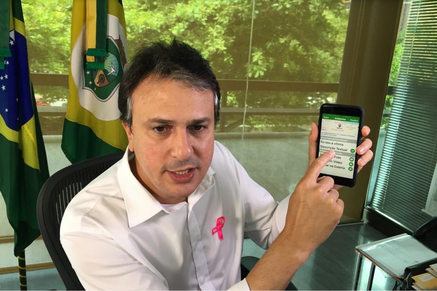 """Em transmissão ao vivo pelo Facebook, nesta terça-feira (3), o governador Camilo Santana (PT) anunciou que ainda neste mês de outubro terá início a ampliação do Batalhão Raio em Fortaleza. De acordo com ele, serão """"mais 14 novas equipes na Capital. Inicialmente serão mais 104 homens (para reforçar a segurança)"""". O aumento da equipe vai acontecer em três ocasiões: dia 28 de outubro (Messejana), dia 31 de outubro (Vila Velha) e 7 de novembro (Parangaba)"""