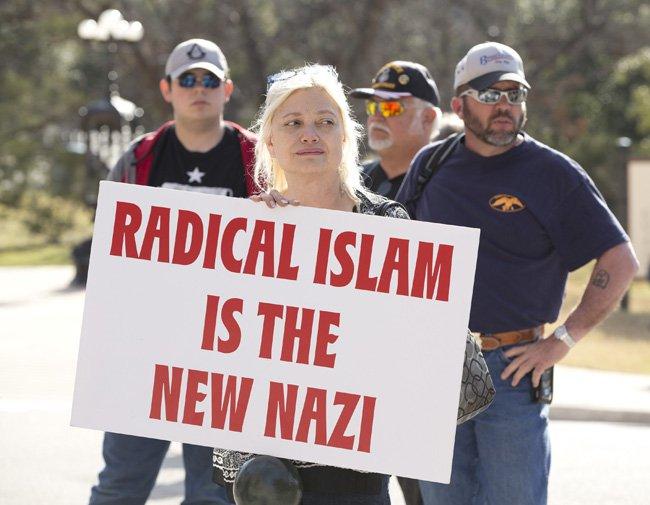 No Texas, EUA, o cartaz diz que o Islã radical é uma nova forma de nazismo