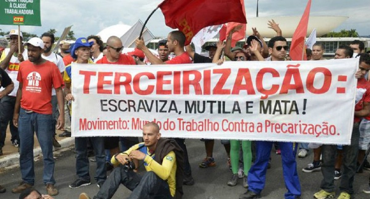 Uma manifestação de sindicalistas está sendo articulada pela direção nacional da CUT, para a próxima terça-feira (7), na Câmara Federal, em Brasília, com o objetivo deimpedir a votação do PL 4.302/1998, que libera a terceirizaçãode forma ilimitada, inclusive em suas atividades-fim