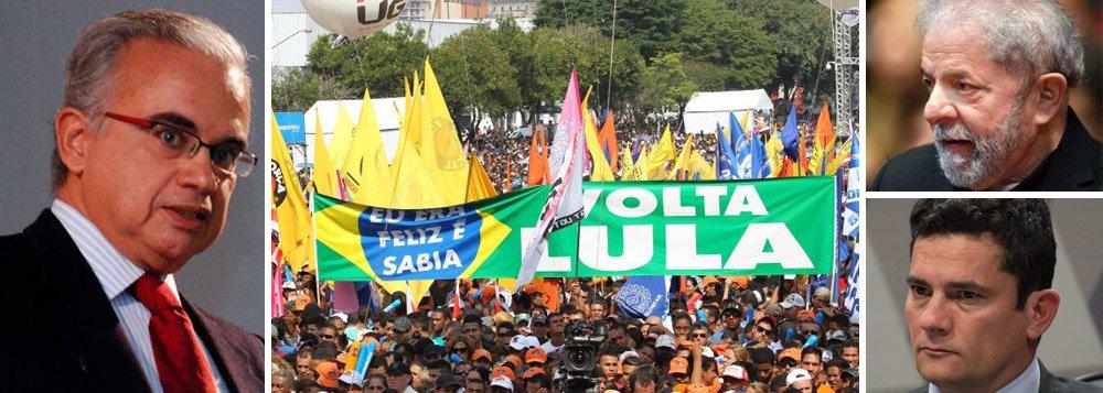 """""""Como se percebe pela linha do tempo, independentemente do tamanho que têm, as intenções de voto do ex-presidente Lula aumentaram depois da derrubada de Dilma Rousseff"""", diz o presidente do Instituto Vox populi, Marcos Coimbra; """"É patético que o Brasil esteja a discutir se uma liderança como Lula poderá ou não ser candidato, a depender da decisão monocrática de um juiz"""", avalia; """"Seus superiores não ousam contrariá-lo, mas ele tudo faz para contrariar o desejo de dezenas de milhões de cidadãos. Fomos longe na subversão da democracia"""", afirma"""