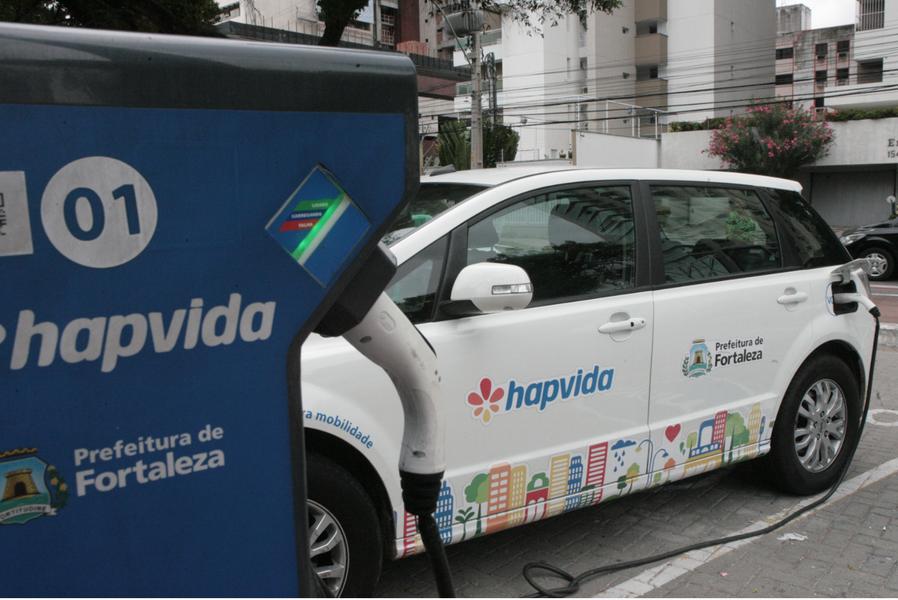 O prefeito Roberto Cláudio (PDT) anunciou nesta quinta (9) um pacote de medidas para incentivar o uso dos carros compartilhados em Fortaleza. Entre elas estão a redução da tarifa de R$ 40 para R$ 15 por 30 minutos e a criação de vagas específicas para os automóveis em estabelecimentos públicos e privados da Capital