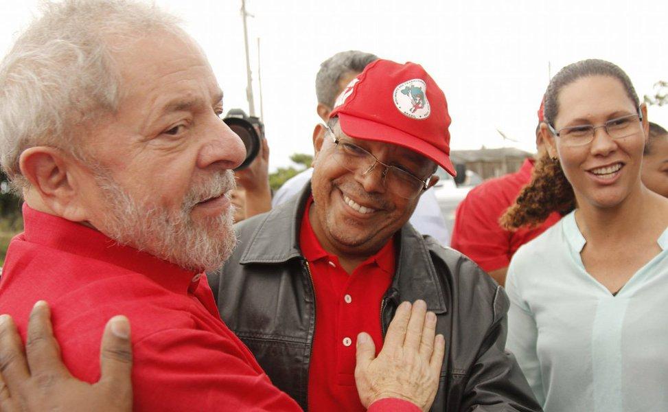 """A Câmara Municipal de Salvador aprovou o projeto que concede ao ex-presidente Lula a Medalha Thomé de Souza, honraria máxima do Legislativo soteropolitano; ainda não há data definida para a homenagem, mas o autor da proposta, vereador Luiz Carlos Suíca, quer que a cerimônia """"aconteça em um momento especial""""; sobre o projeto, Suíca diz que """"isso é mais um passo que damos do nosso compromisso e orgulho de estar no PT""""; para o vereador, a proposta reconhece a atuação de Lula como líder da nação que retirou o Brasil da linha da pobreza e que conseguiu modificar a realidade do povo brasileiro"""