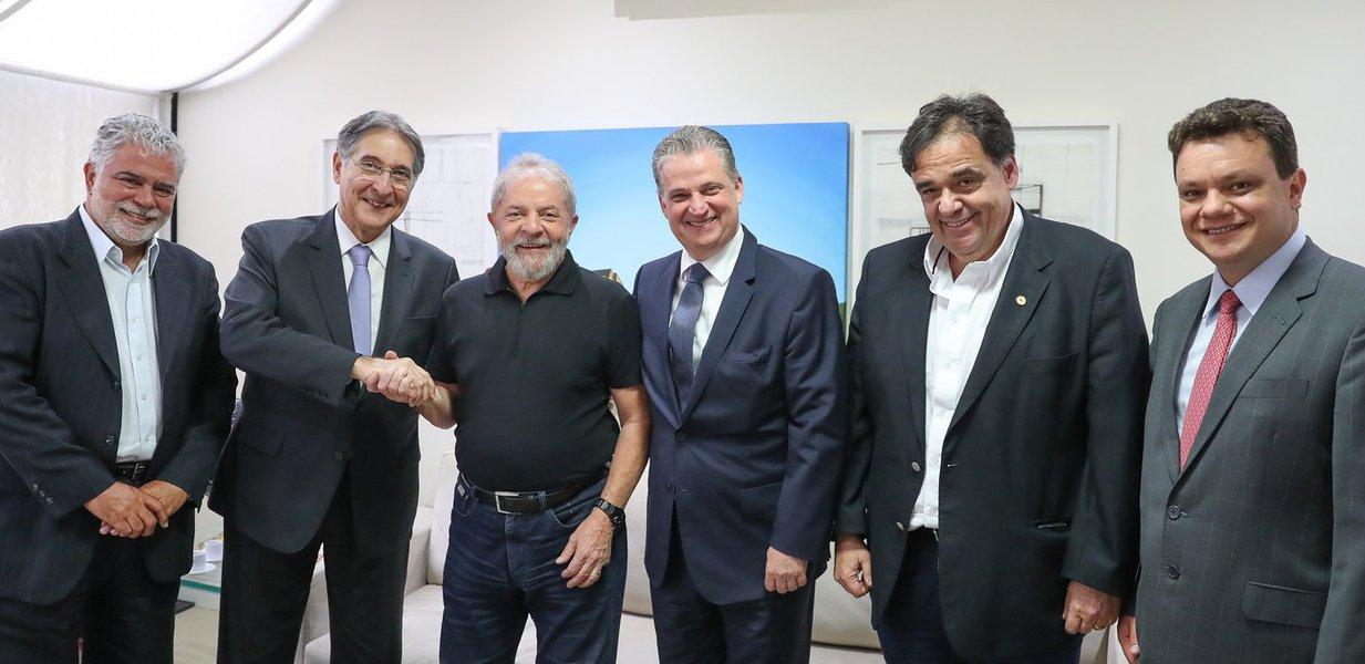 O governador de Minas Gerais, Fernando Pimentel (PT), fez uma visita de cortesia nesta quarta-feira 8 ao ex-presidente Lulana sede do Instituto Lula,em São Paulo. Ele estava acompanhado de uma delegação de políticos mineiros