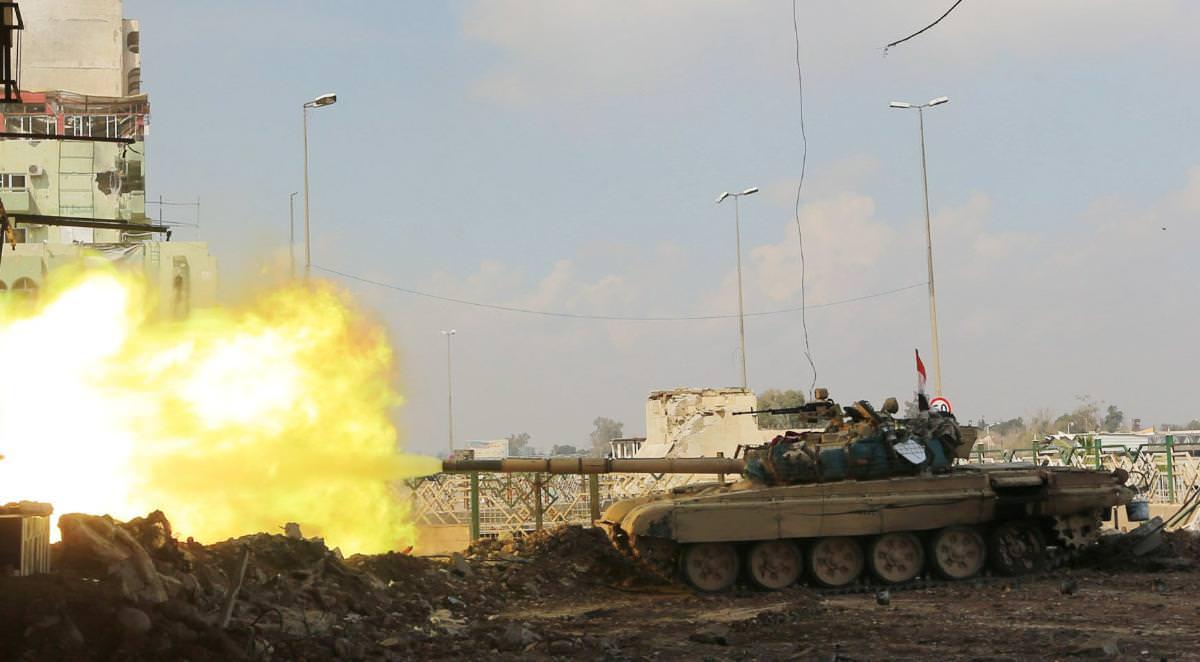 Forças do governo iraquiano mataram nesta terça-feira o comandante do Estado Islâmico na Cidade Velha de Mosul, à medida que a batalha para derrubar os militantes de seu último bastião se concentrava em uma ponte sobre o rio Tigre; enquanto as tropas avançavam, civis deixavam bairros recapturados do oeste sujeitos ao frio, à umidade e à fome, mas aliviados por estarem livres dos militantes