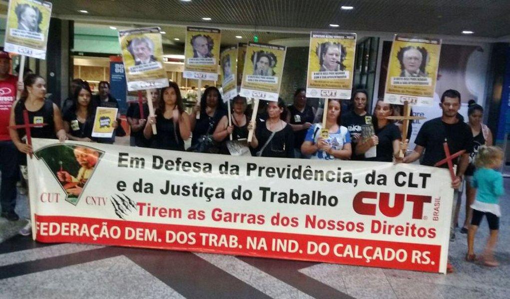 """Embaladas pelo grito """"Estamos todas despertas, nenhum direito a menos"""", mulheres ligadas a CUT-RS, sindicatos filiados, o MST e o Levante Popular da Juventude fizeram uma manifestação no Aeroporto Internacional Salgado Filho, em Porto Alegre, contra a reforma de Previdência; um grupo de mulheres da Via Campesina fez uma encenação teatral, cantando músicas alusivas ao 8 de março, Dia Internacional da Mulher. """"As mulheres no dia 8 não têm o que comemorar. Se ontem foram queimadas, hoje seguem a luta"""", começava a canção; """"A gente não quer muito, a gente só quer tudo"""", repetiam; """"Todo o dia é nosso dia, e a vida não se negocia"""""""