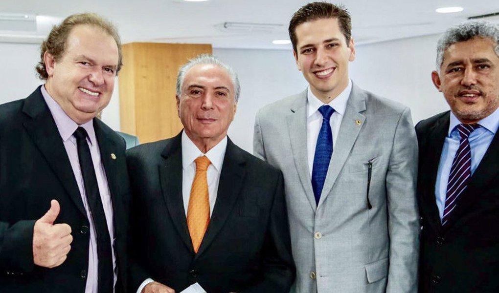 """Presidente da Assembleia Legislativa do Tocantins, Mauro Carlesse (PHS), participou nessa quinta-feira, 16, de reunião em Brasília com Michel Temer (PMDB); no encontro, segundo a AL, foram tratados temas como o Pacto Federativo e questões ambientais; """"Ouvimos também o presidente sobre as questões que envolvem a polêmica Reforma da Previdência e mostramos a nossa preocupação, principalmente em relação aos direitos dos trabalhadores"""", afirmou Carlesse"""