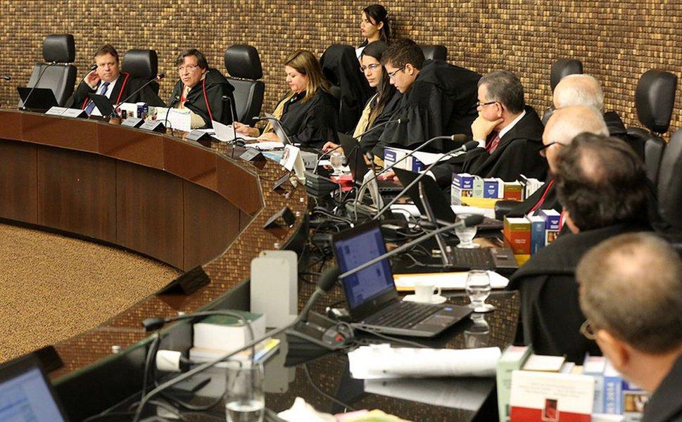 O Tribunal de Justiça de Alagoas (TJ/AL) decidiu que o governador Renan Filho (PMDB) nomeie um dos membros do Ministério Público de Contas (MPC) indicados em lista tríplice para o cargo de Conselheiro do Tribunal de Contas do Estado (TCE); vaga surgiu com a aposentadoria de Luiz Eustáquio Toledo, em junho de 2015; decisão deve ser cumprida dentro de 15 dias; em caso de descumprimento será aplicada uma multa diária pessoal ao governador no valor de R$ 10 mil