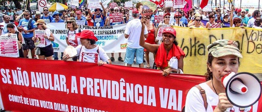Servidores públicos estaduais participaram neste domingo de manifestação na orla de Copacabana, zona sul do Rio de Janeiro, em protesto contra o pacote de medidas anunciadas pelo governo do estado para combater a crise financeira; pacote inclui a privatização da Companhia Estadual de Águas e Esgotos (Cedae), em contrapartida à ajuda federal para o governo fluminense; os servidores prometem reagir também contra a proposta encaminhada pelo governador Luiz Fernando Pezão à Assembleia Legislativa do estado (Alerj) de aumento da contribuição previdenciária dos atuais 11% para 22%