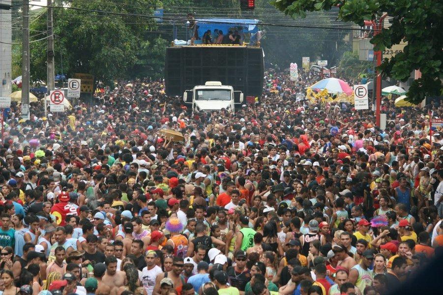 O desfile da Banda do Vai Quer Quem Quer na capital de Rondônia, Porto Velho, tinha tudo para ser perfeito. Mas, a poucos metros do encerramento, a Polícia Militar mandou suspender o som nos trios elétricos, deixando 150 mil foliões frustrados