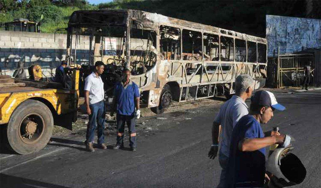 Um ônibus foi incendiado no início da noite desta quarta-feira (15) em Mário Campos, na Região Metropolitana de Belo Horizonte, de acordo com a Polícia Militar; é o 14º atentado a coletivos registrado na Região Metropolitana da capital; um suspeito foi preso; a Polícia Civil informou que 19 dos 31 suspeitos de envolvimento a ataques foram liberados; dos 11 que permaneceram detidos, quatro são adultos e sete são adolescentes