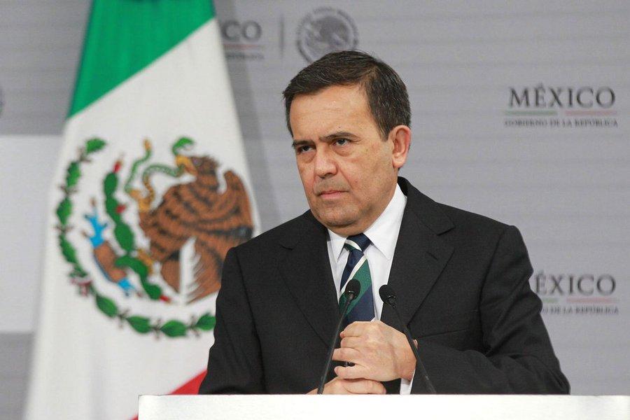 """ministro da Economia do México, Ildefonso Guajardo, alertou que seu país irá romper as negociações com o Tratado Norte-Americano de Livre Comércio (Nafta, na sigla em inglês) se os Estados Unidos propuserem tarifas sobre seus produtos, noticiou a Bloomberg nesta segunda-feira, 27; """"No momento em que eles disserem 'vamos impôr uma tarifa de 20 por cento sobre os carros', eu me levanto da mesa"""", disse Guajardo à Bloomberg em entrevista"""