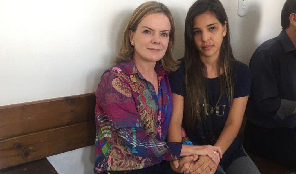 """Movimento dos Trabalhadores Sem Terra (MST) lança nesta sexta-feira, 3, no município de Quedas do Iguaçu (PR) campanha pela liberdade de sete trabalhadores rurais do MST presos em Laranjeiras e Cascavel; """"Nenhum deles tem antecedente criminal. São trabalhadores e trabalhadoras, lutadores pelo direito à terra"""", denunciou a senadora Gleisi Hoffman (PT-PR), que visitou os presos nas duas cidades; total de 18 trabalhadores, entre presos e indiciados, sofrem a acusação de formação de """"organização criminosa"""", que vem sendo utilizada contra os movimentos sociais"""