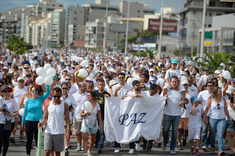 Moradores da capital capixaba participaram na manhã deste domingo 12 da Caminhada pela Paz, na orla da Praia de Camburi; com cartazes, camisas e balões brancos, a população pediu o retorno à normalidade após nove dias de paralisação dos policiais militares no Espírito Santo