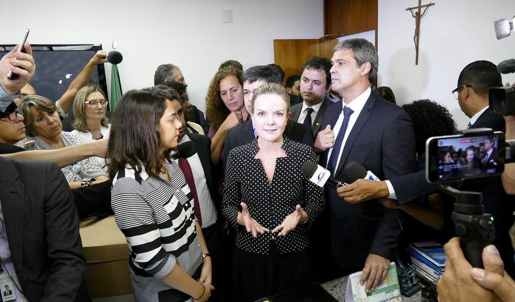 """Líder do PT no Senado afirmou que Alexandre de Moraes não tem a reputação ilibada exigida para ocupar cargo de ministro do Supremo Tribunal Federal (STF); """"Nós temos muita preocupação com relação à postura dele no Supremo, até porque o que nós observamos dele na ocupação de cargos que ele teve foi uma utilização partidária"""", afirmou; Gleisi Hoffmann disse também que o país não precisa de um Supremo """"mais partidarizado ainda"""""""
