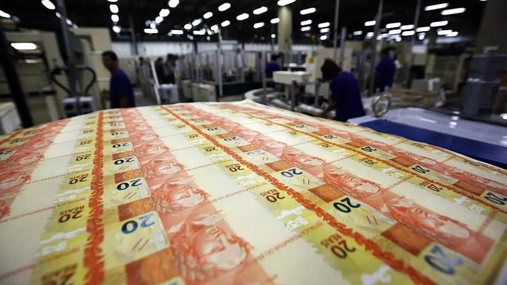 Dívida pública federal alcançou R$ 3,053 trilhões em janeiro, divulgou o Tesouro Nacional nesta segunda-feira, 20; a dívida pública mobiliária interna recuou 1,60% sobre o mês passado, a R$ 2,939 trilhões de reais, afetada pelo resgate líquido de R$ 75,38 bilhões e pela apropriação positiva de juros de R$ 27,68 bilhões; já a dívida externa, ainda segundo o Tesouro, teve forte contração de 9,27% na mesma base de comparação, a 114,80 bilhões de reais, sob o impacto da valorização do real frente ao dólar