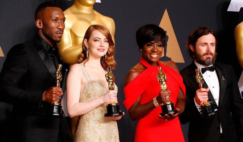 """""""Moonligth – Sob a luz do luar"""" conquistou o Oscar de melhor filme 2017, desbancando o favorito """"La La Land na 89a. edição do Oscar, entregue em cerimônia realizada neste domingo em Los Angeles, que teve um final de festa completamente caótico; em um primeiro momento, o ator Warren Beatty anunciou que o Oscar iria para """"La La Land"""", e a equipe do filme chegou a subir no palco para agradecer o prêmio. Mas, logo em seguida, foi revelado que o anúncio tinha sido equivocado e que o filme """"Moonlight"""" era, na realidade, o grande vencedor"""