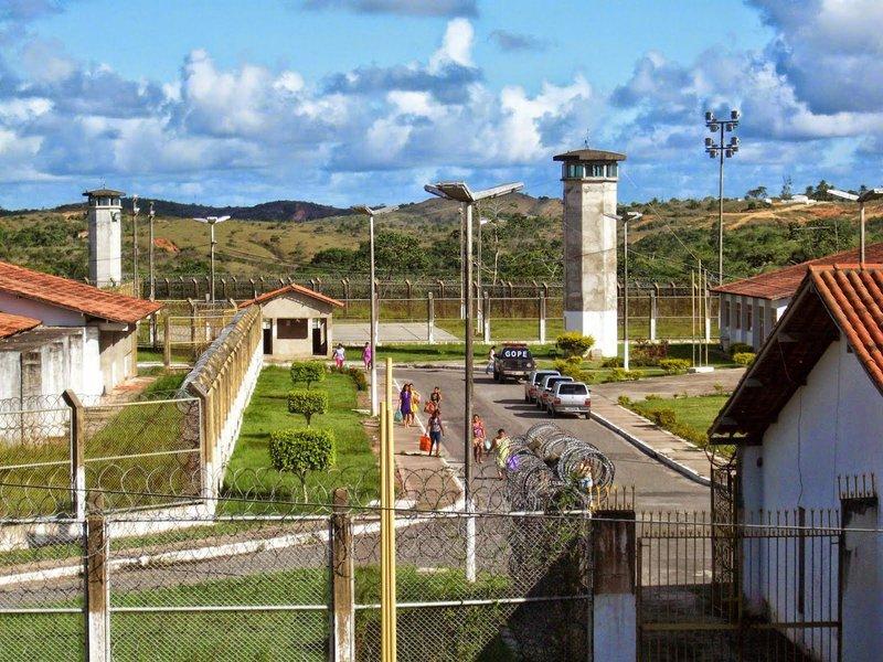 """Dezessete presidiários fugiram na manhã deste domingo de carnaval (26) do Complexo Penitenciário Manoel Carvalho Neto (Copemcan), em São Cristóvão, Região Metropolitana de Aracaju; a fuga aconteceuno Pavilhão dois da Ala 'B'; de acordo com o presidente do Sindicato dos Agentes Penitenciários e Servidores da Sejuc (Sindpen), Luciano Nery; """"a fuga ocorreu durante o banho de sol dos detentos, todas as guaritas estão desativadas"""""""