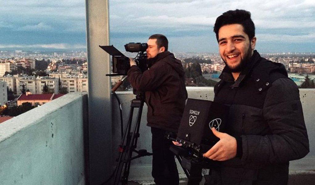 """Um cinegrafista e bombeiro sírio, Khaled Khatib, cujo documentário sobre o grupo de defesa dos direitos civis """"Capacetes Brancos"""" foi indicado ao Oscar, não poderá comparecer à cerimônia, porque Damasco cancelou seu passaporte, disse o grupo neste domingo, 26; os """"Capacetes Brancos"""" operam uma rede de resgate em regiões controladas pelos rebeldes na Síria, sujeitas a intensos bombardeios pelo governo e pela Força Aérea Russa durante a guerra civil que destruiu bairros inteiros das cidades; filme indicado a melhor documentário curta-metragem, oferece uma breve visão da realidade dos homens do resgate na Síria"""